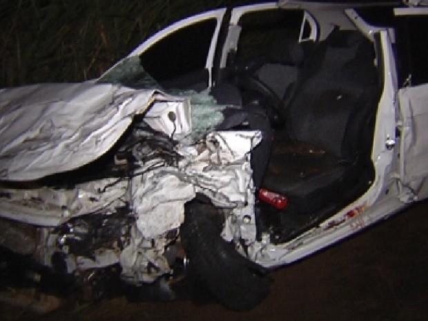 Carro da prefeita ficou completamente destruído com a batida (Foto: Reprodução / TV Tem)