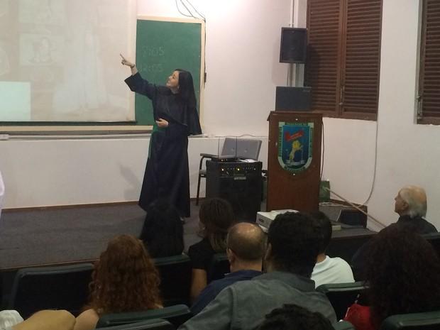 Renata defendeu sua tese sobre a qualidade de vida dos surdos no ambiente familiar, em Goiás (Foto: Fernanda Borges/G1)
