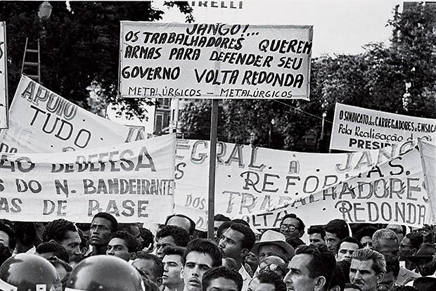 MEDO Trabalhadores no comício da Central do Brasil, que deu força à ideia de que Jango ensaiava um golpe  (Foto: Domicio Pinheiro/Estadão Conteúdo/AE)