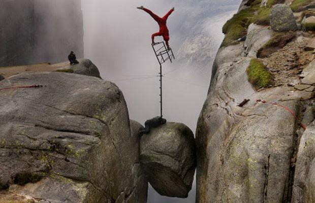 Escadas, monociclos, aros, trapézios e, claro, a indispensável cadeira, elemento essencial para qualquer equilibrista. Nesta foto, Ronningsbakken se equilibra sobre uma a 1.000m de altura em Kjeragbolten, Noruega. (Foto: Eskil Ronningsbakken/BBC)