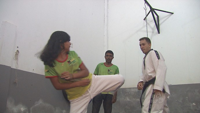 Atleta Liriel Dara durante treinos para Campeonato Brasilerio de Taekwondo (Foto: Reprodução/TV Acre)