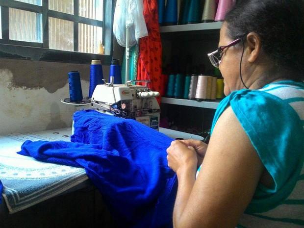 Costureira sentiu um aumento de 30% no número de reformas e customização de  roupas em c110e6f28b0
