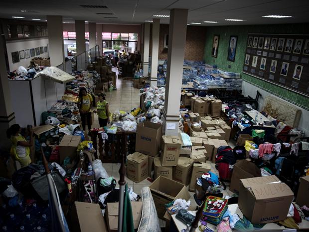 'Amarelinhos': voluntários de igrejas ajudam na administração das doações (Foto: Fabio Tito/G1)