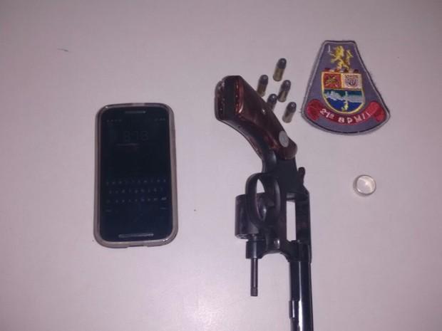 Arma, celular e aliança foram apreendidos durante abprdagem da PM (Foto: Divulgação/Polícia Militar)
