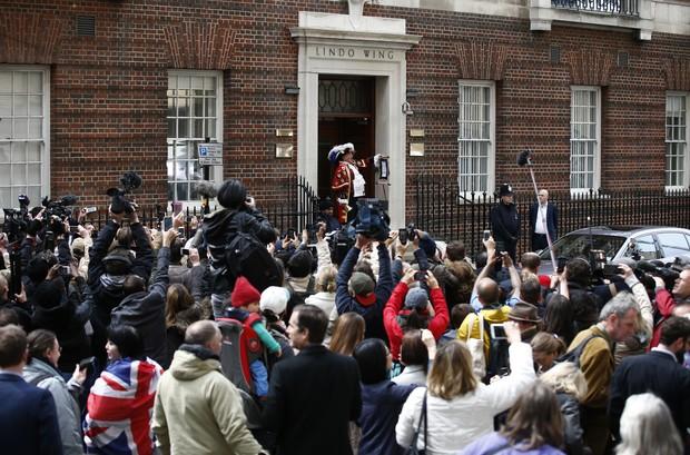 Fãs e jornalistas observam a performance de Tony Appleton (Foto: AFP)