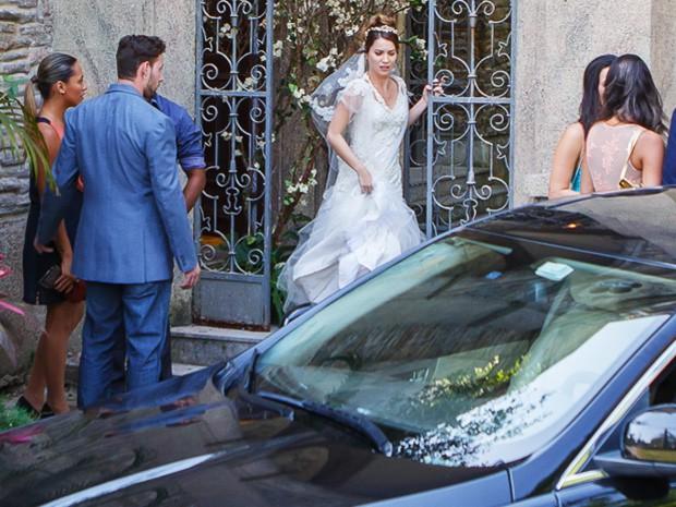 Laura não aguenta a pressão da verdade e foge do casamento (Foto: Artur Meninea/Gshow)