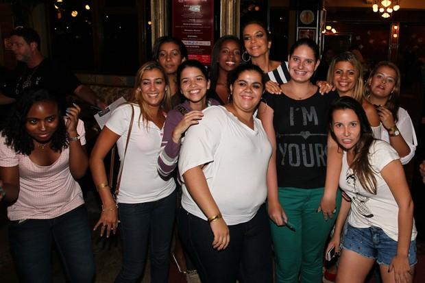 Ivete Sangalo posa com fãs em restaurante no Rio (Foto: Manuela Scarpa e Marcos Ribas/ Foto Rio News)