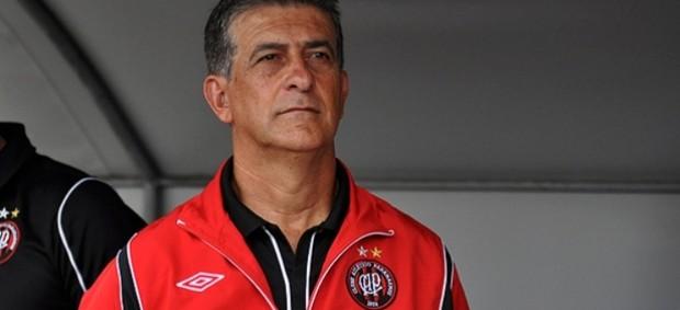 Técnico Ricardo Drubscky, do Atlético-PR, no banco (Foto: Gustavo Oliveira/Site oficial do Atlético-PR)