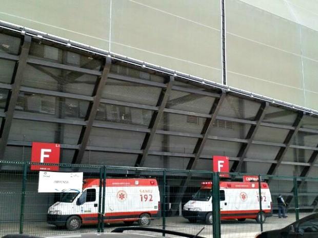 Equipes do Samu foram até a Arena e tentaram renimar vítima no local (Foto: Christian Guimarães/ Globo Esporte)