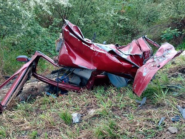 Carro ficou destruído após acidente (Foto: Débora Ayane/Site Voz da Bahia)