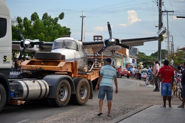 Avião bateu em poste durante transporte para a cidade de Parnaíba, no Piauí (Foto: Kairo Amaral/Portal Costa Norte)