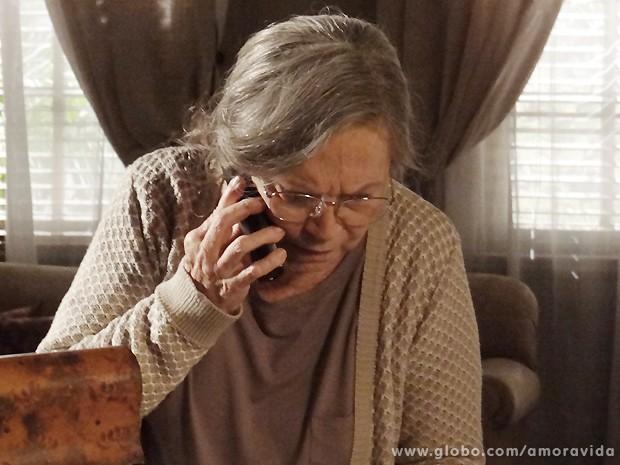 Bernarda liga para Bruno assim que consegue o endereço da clínica (Foto: Amor à Vida / TV Globo)