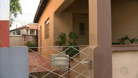 Vídeo mostra filho entrando em casa horas antes do pai ser achado morto