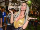 Ana Paula Minerato usa blusa decotada em ensaio para o carnaval