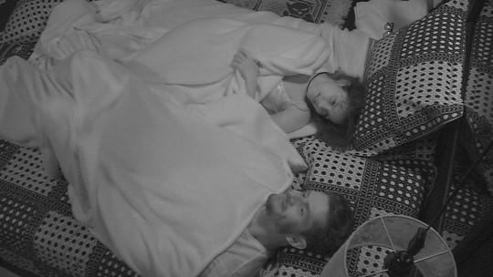 Marcos dá boa noite, mas Emilly pede: 'Não, vem cá!'