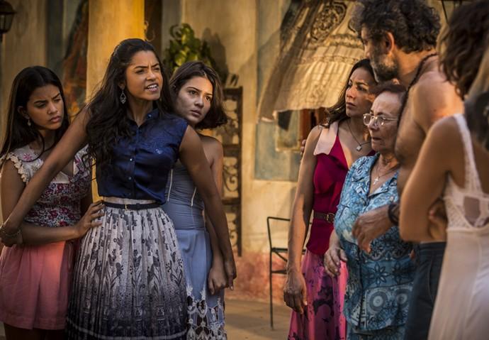 Piedade defende Tereza ao ver o surto de Luzia (Foto: Inácio Moraes/ Gshow)