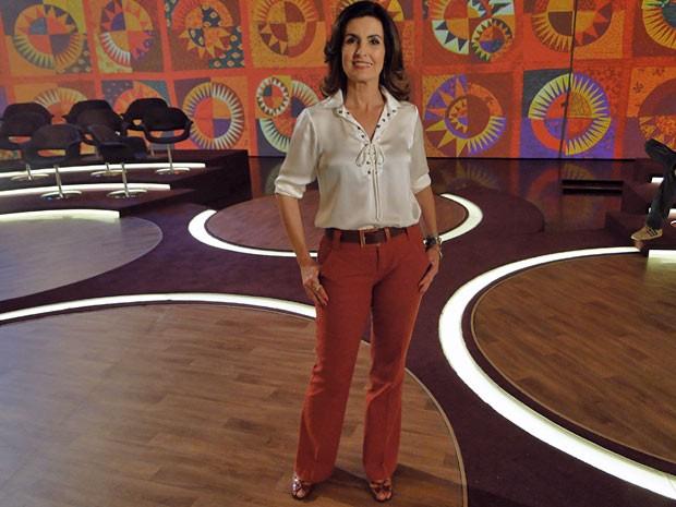 Fátima apostou na discreta calça colorida e investiu em blusa neutra (Foto: Encontro com Fátima Bernardes/TV Globo)