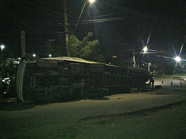 Carreta ainda estava no local na noite deste sábado (12), em Manaus  (Foto: Ive Rylo/ G1 AM)