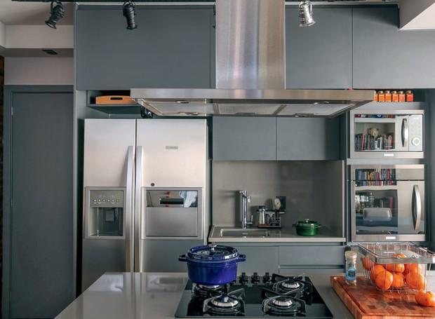 Cozinha | O armário foi feito com Melamina Grafite, da Arauco. A bancada de Silestone Gris foi produzida pela Marmoraria Neogran (Foto: Mariana Orsi/Editora Globo)