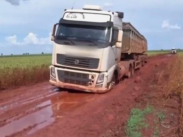 Caminhão carregado com soja atola em estrada vicinal de Mato Grosso do Sul (Foto: Reprodução/TV Morena)