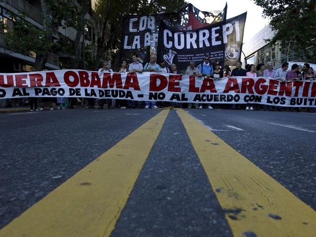 Manifestantes protestam contra a visita de Barack Obama em frente à embaixada dos EUA em Buenos Aires, na quarta (23) (Foto: Reuters/Martin Acosta)