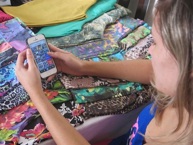 Comerciantes e autônomos utilizam as redes sociais e whatsapp (Foto: Mariane Rossi/G1)