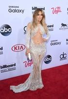 Jennifer Lopez usa vestido transparente em premiação