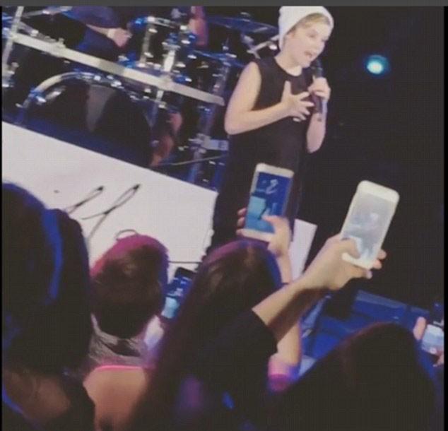 Cruz Beckham no palco (Foto: Reprodução/Instagram)