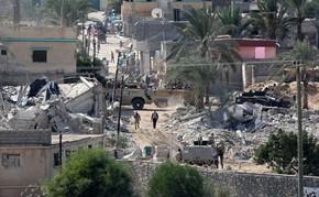 Egípcios deixam suas casas em operação do Exército para demolir imóveis perto da fronteira com Gaza nesta quarta-feira (29) (Foto: Said Khatib/AFP)