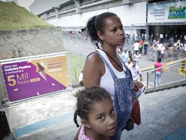Eliane tenta renegociar dívidas que acumulou após ficar desempregada (Foto: Caio Kenji / G1)