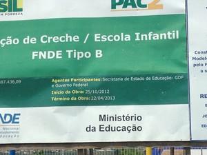 Placa informa que obra foi concluída em abril de 2013 (Foto: Lucas Salomão/G1)