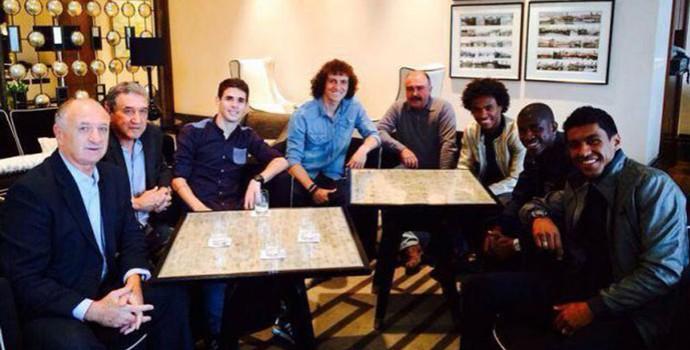 Felipão Scolari com jogadores brasileiros, em Londres (Foto: Divulgação / CBF)