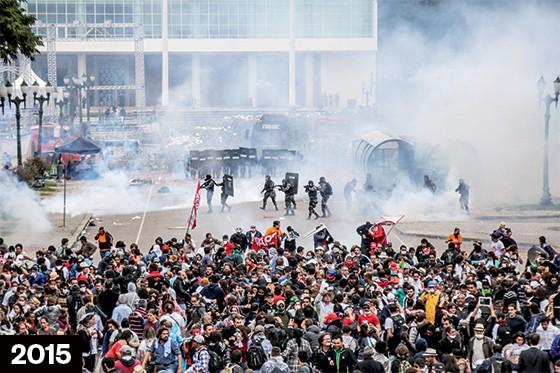 FERIMENTOS O conflito em Curitiba (acima) e a jornalista Giuliana Vallone ferida no olho. As cenas se repetem (Foto: Joka Madruga/Futura Press)