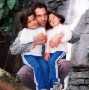 Emilly e Mayla no colo do pai aos 4 anos de idade (Foto: Arquivo Pessoal)