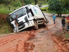Caminhão de lixo desliza no barro e cai em valeta em Piracaia, SP