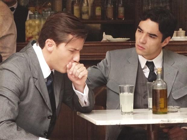 Umberto se engasga ao ouvir o nome de Catarina, que lhe deu um senhor passa-fora (Foto: Lado a Lado/TV Globo)