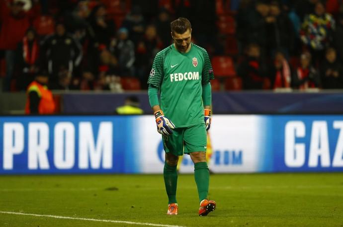 De Sanctis cabisbaixo depois de sofrer gol em Bayer Leverkusen x Monaco (Foto: REUTERS/Wolfgang Rattay)