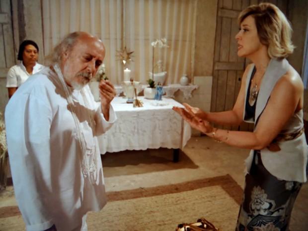 Samantha implora para que pai de santo a ajude (Foto: TV Globo)