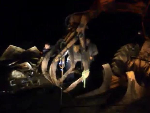 Carro foi retirado da água com a ajuda de um guincho com garra (Foto: Divulgação/Corpo de Bombeiros de Brotas)