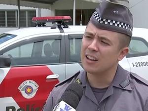 Tenente William Machado orienta vítima a registrar boletim  (Foto: Reprodução/TVTEM)