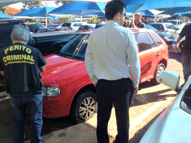 Veículo passou por perícia nesta manhã, no estacionamento do hospital (Foto: Tatiane Queiroz/ G1 MS)