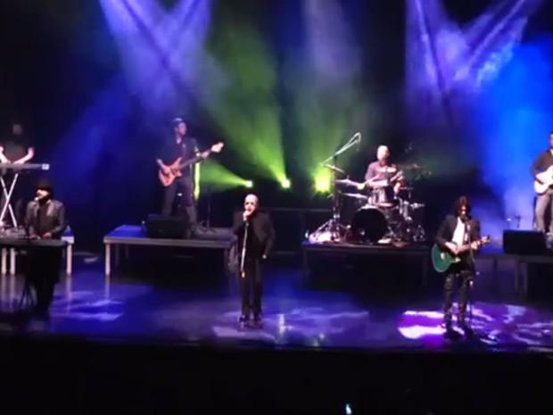 Banda cover dos Bee Gees Alive durante apresentação (Foto: Reprodução / Divulgação)