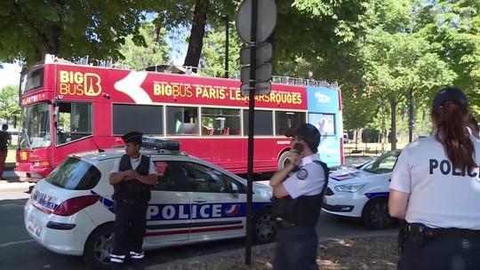 Ônibus turístico fica preso debaixo de ponte em Paris; 4 pessoas ficaram feridas