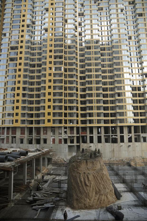 Prédio está sendo construído ao redor de túmulo na China. (Foto: AP)