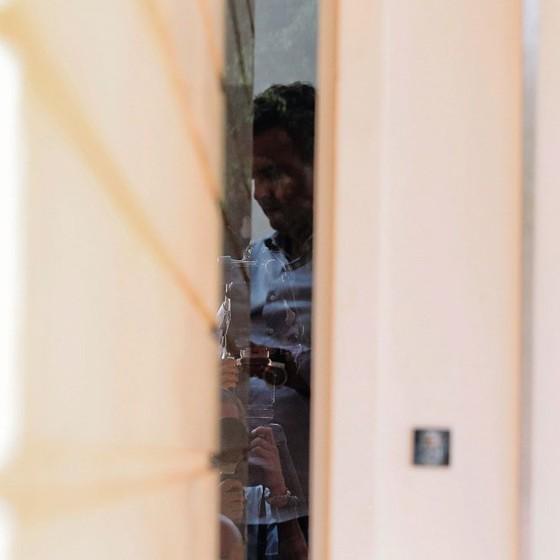 O senador Aécio Neves em sua casa na quinta-feira.Por POUCO ELE NÃO FOI PRESO (Foto:  Jorge William/Agência O Globo)