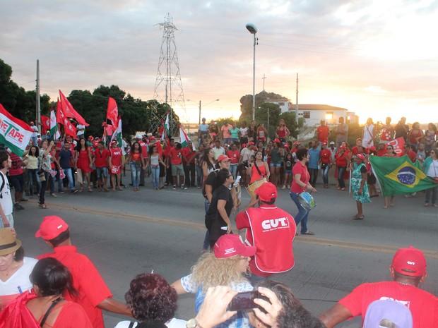 Manifestantes de Petrolina-PE se juntam com os de Juazeiro-BA na ponte Presidente Dutra e fazem ciranda (Foto: Juliane Peixinho / G1)