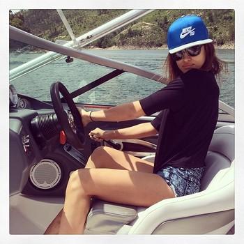 Irina Shayk passeia de lancha (Foto: Instagram)