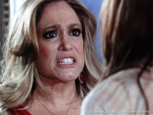 Pilar se irrita com ofensas de Paloma (Foto: Amor à Vida / TV Globo)