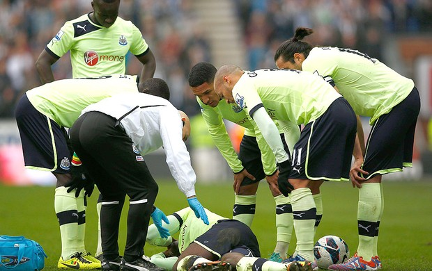 Massadio Haidara caído Newcastle Wigan (Foto: Reuters)