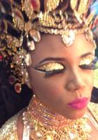 Rainha coloca ouro na pintura (Lívia Torres/ G1)